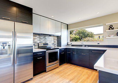 Cucina blu con moderni elettrodomestici
