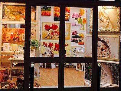 Interno del negozio Cornici Arredo Restauri a Galatone