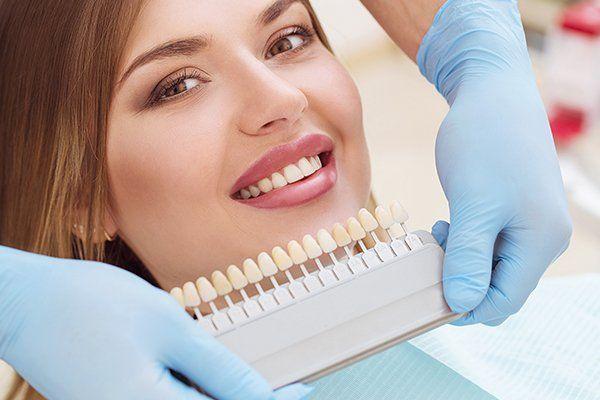 Bella donna europea sorriso con denti sani sbiancamento