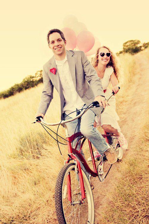 Giovane coppia in bici tandem a Brescia