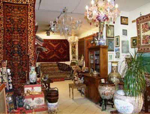 interno di un negozio di tappeti e dei mobili in legno