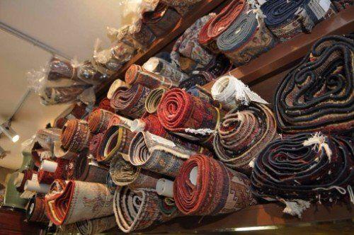 dei tappeti arrotolati in uno scaffale