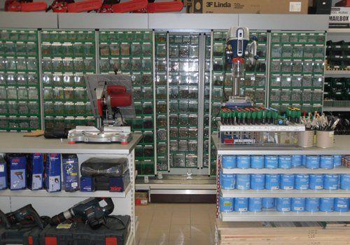banconi e prodotti del negozio