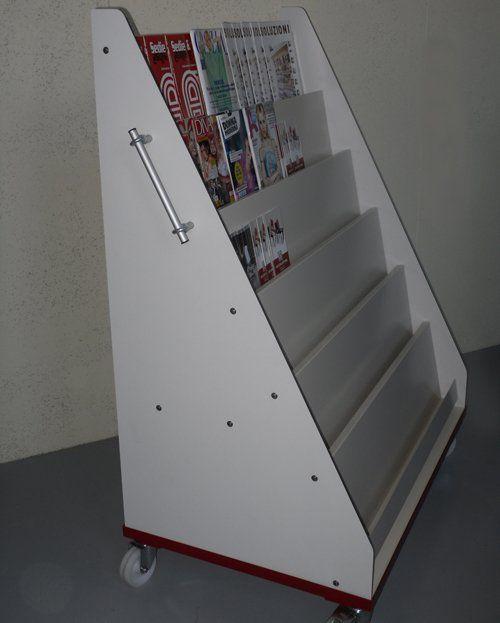 porta riviste bianco con set di giornali