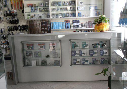 bancone negozio con prodotti vari