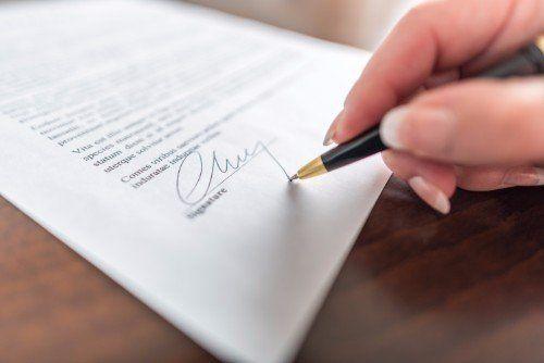 avvocato firma un contratto