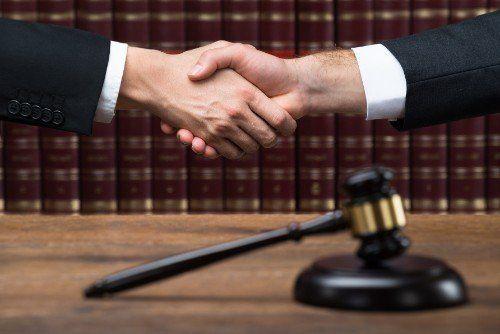 stretta di mano tra avvocati