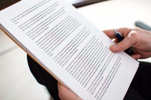 avvocato tiene in mano un documento