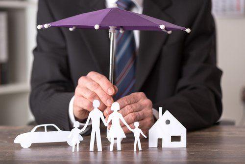 casa, auto e la famiglia protetti con un ombrello