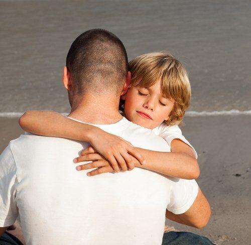 papà e bambino si abbracciano