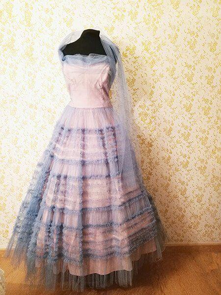 vestito lungo colorato con piazzo stile vintage