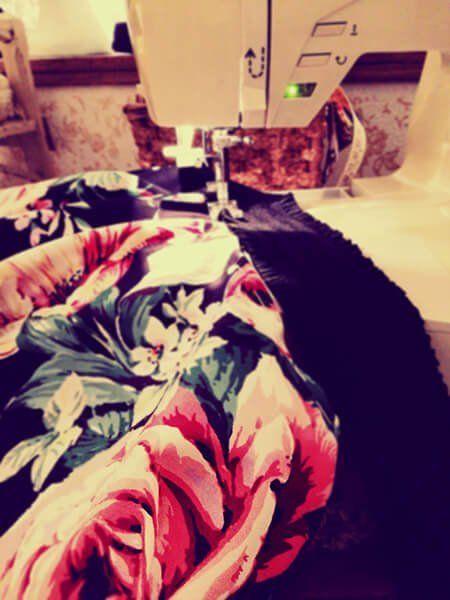 macchina da cucire con vestito floreale
