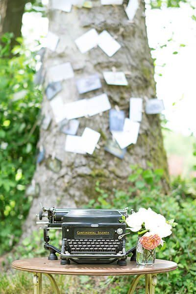 macchina da scrivere in un giardino