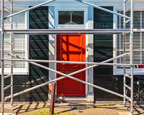 facciata di una casa nella fase di ristrutturazione