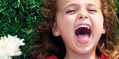 bambina con denti puliti