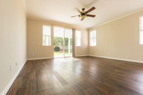 un ampio locale all'interno di una casa con pavimento in parquet
