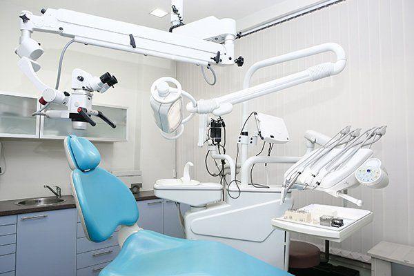 Lettino del dentista con strumentazioni varie