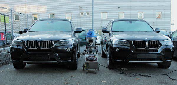 due macchine parcheggiate pronte per l'igienizzazione a Venezia