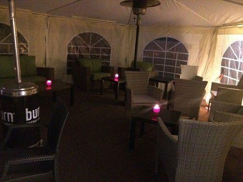 tavoli del ristorante all'esterno con copertura