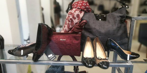 Scarpe taccho alto e la borsa nel negozio Ronco Calzature a Torino