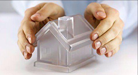 Mani proteggendo una casetta