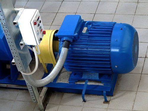 Primo piano di un motore elettrico di colore blu