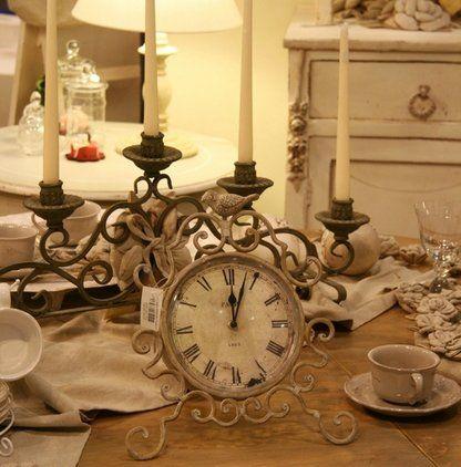 Mobili, candelabro, orologio, tazze di caffé... tutto antico