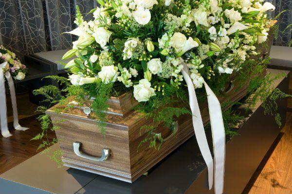 Bara coperta di gigli e rose bianchi