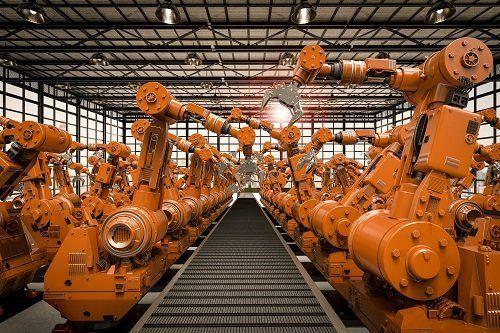 serie di macchine in fila in una fabbrica