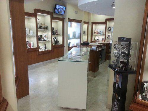 interno di gioielleria con vetrine in vista