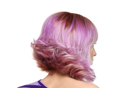 retro donna con capelli scalati e di color viola