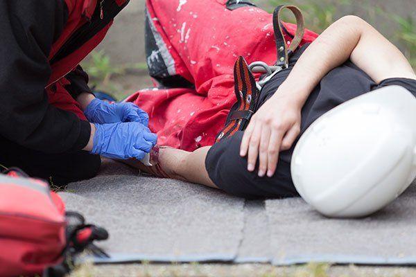 Persona ferita  aiutata per il paramedico