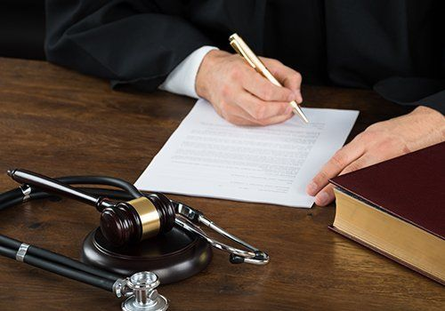 un giudice che scrive su un foglio