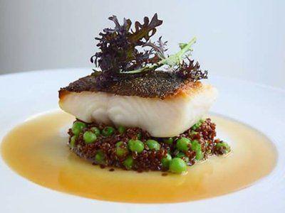 piatto con pesce e risotto di piselli
