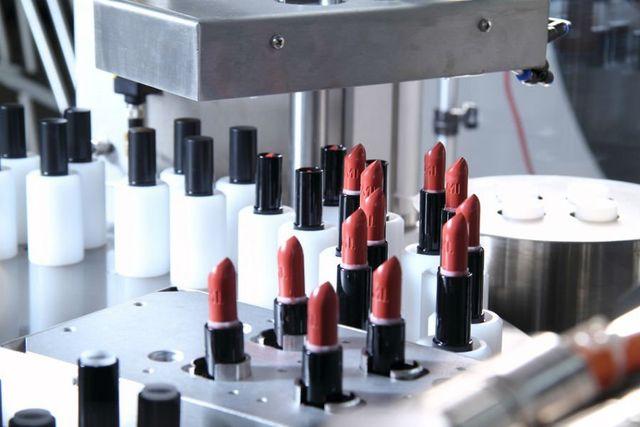 una macchina con dei rossetti in una fabbrica