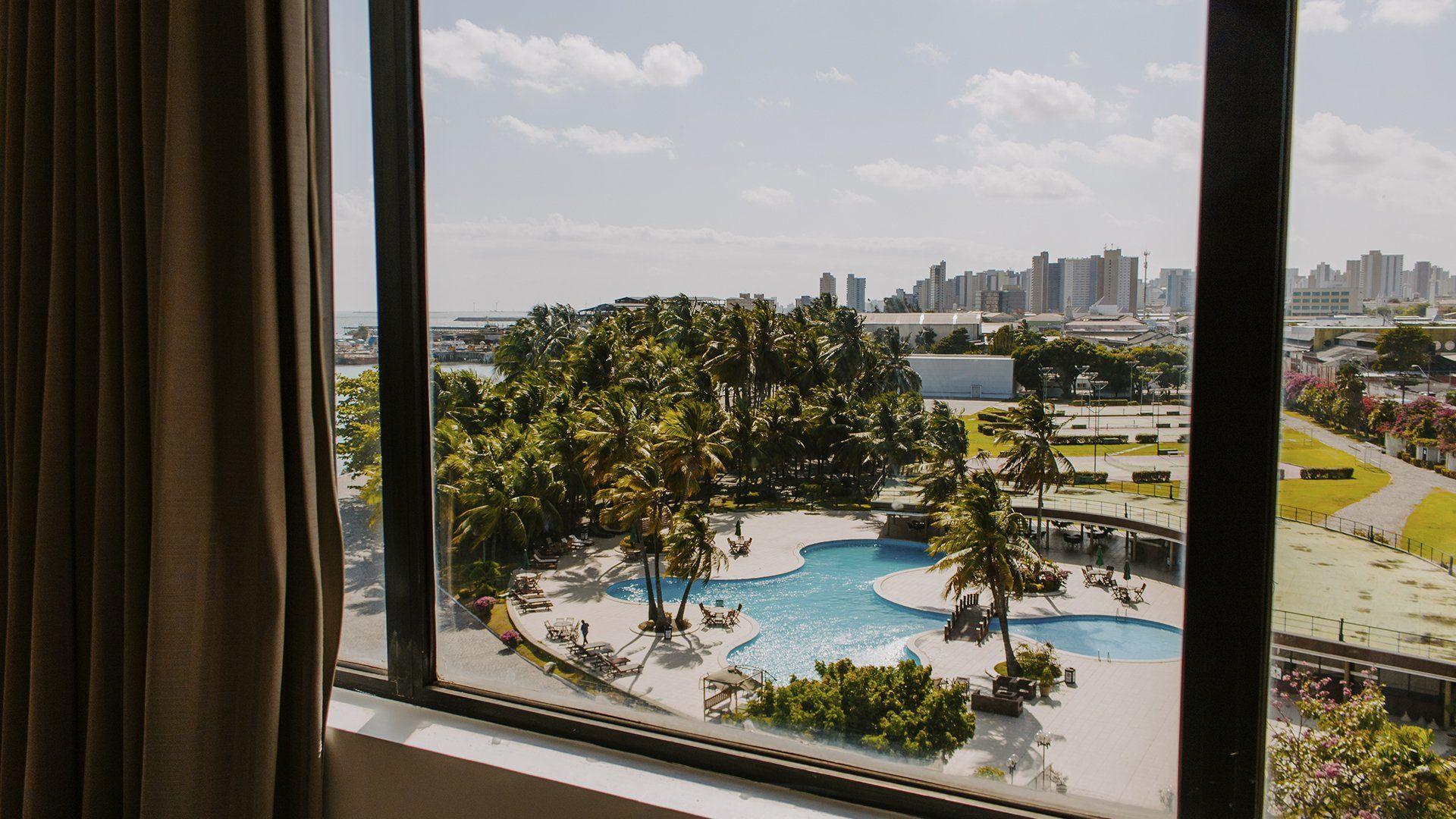 Janela de acomodação com vista para a piscina do Marina Park Hotel