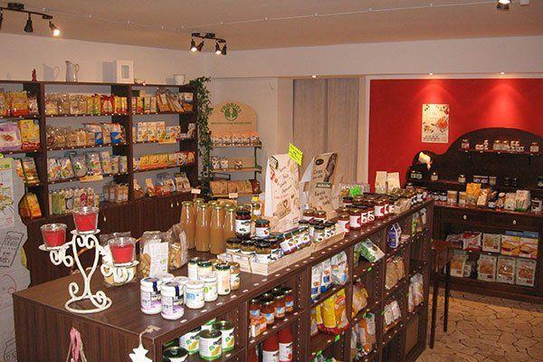 Degli scaffali di legno con dei prodotti alimentari all'interno di un negozio con delle luci accese
