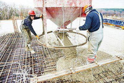 operai stanno lavorando in un cantiere con ferro e cemento armato