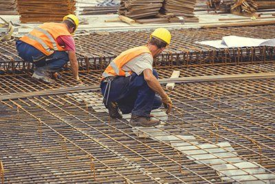 operai  stanno lavorando delle gabbie metalliche