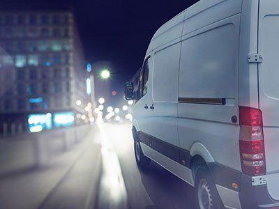 Furgone in strada durante la notte