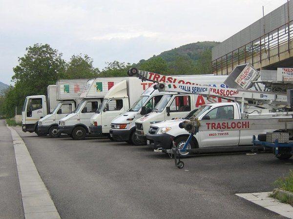 Tutti i furgoni della compagnia nel parcheggio