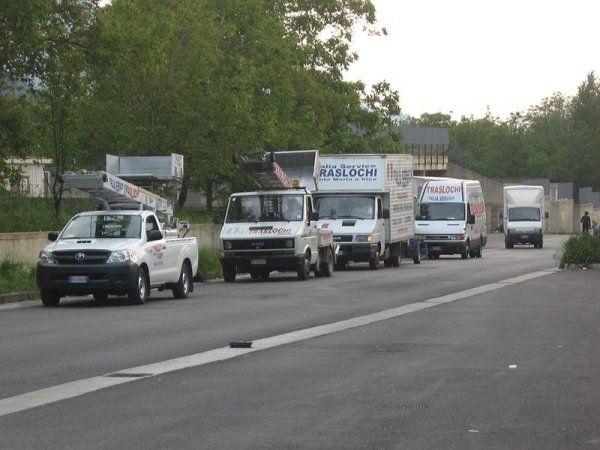 Tutti i furgoni della compagnia nella strada
