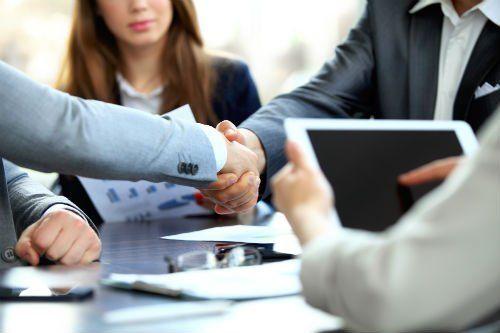 Persone d'affari stringe la mano, finendo una riunione