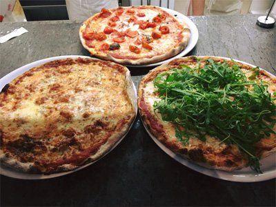 pizza con rucola , pizza con pomodorini e pizza margherita