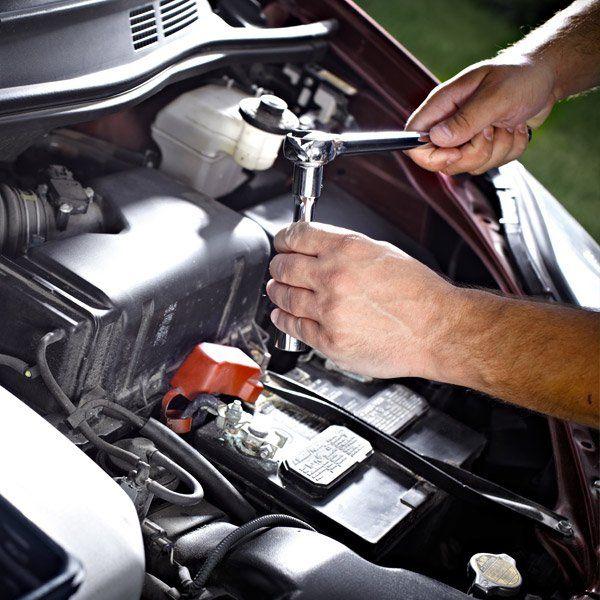 meccanico mentre lavora su motore di automobile