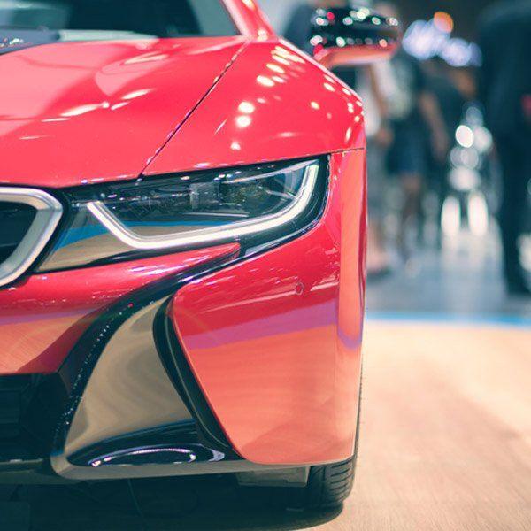 vista frontale di una macchina rossa