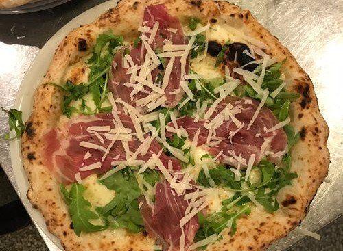 pizza con crudo e rucola