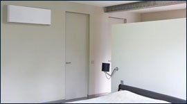 condizionatore a parete vicino a una porta bianca