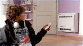 bambino usa il telecomando del climatizzatore