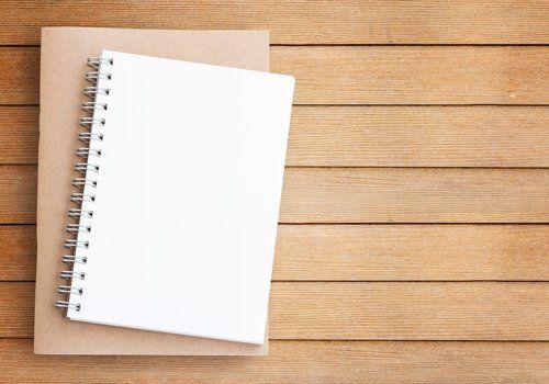 agenda su sfondo legno